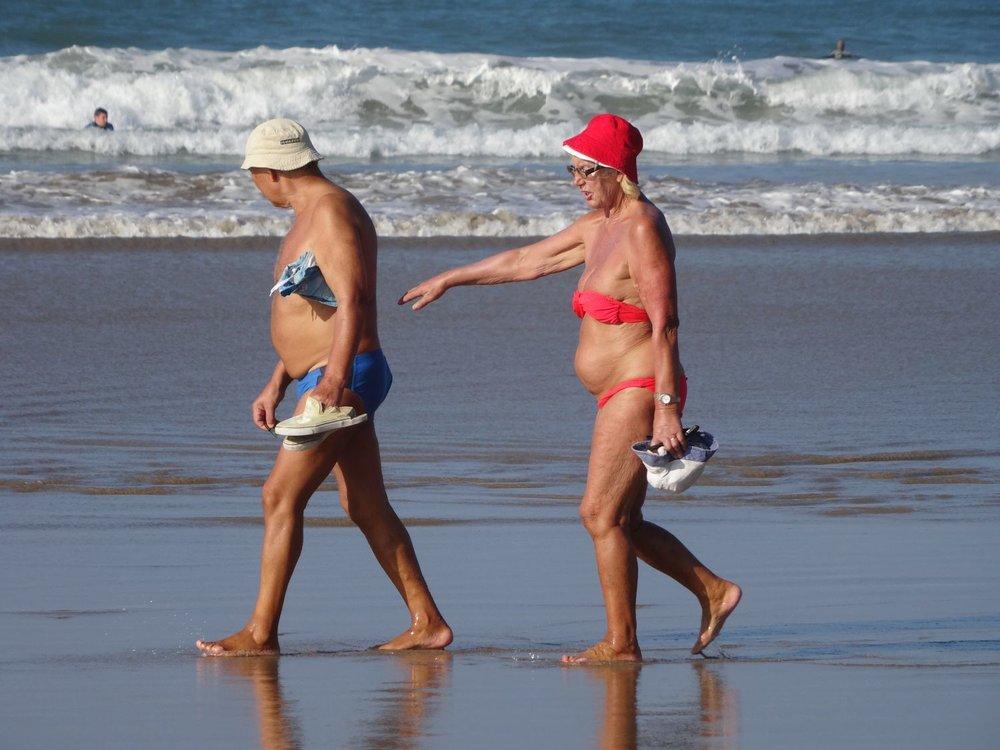 Basque coast | couple walking on the beach | scene of daily life | Atlantic ocean |©sandrine cohen