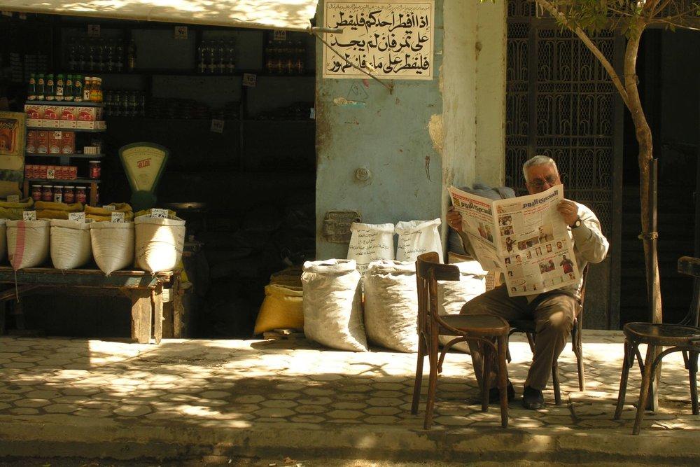 Cairo  Eygpt  Egyptian reads newspaper  streetphotography  ©sandrine cohen