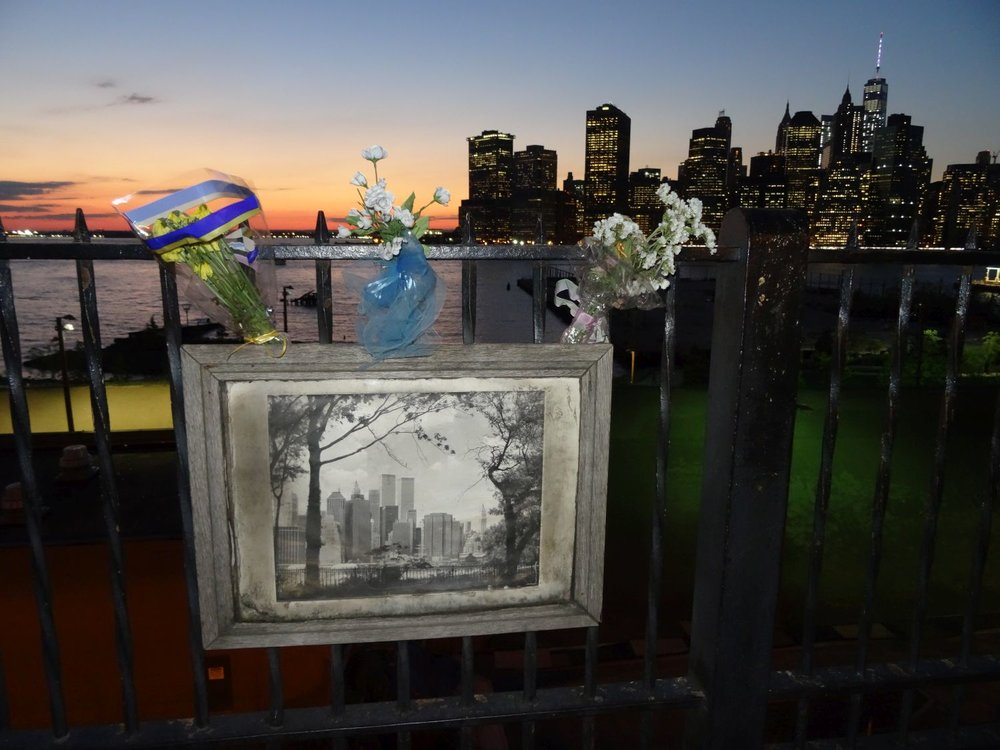 Manhattan view from Brooklyn | Memorial 11 september 2001 | Brooklyn Heights Promenade at night | photo sandrine cohen