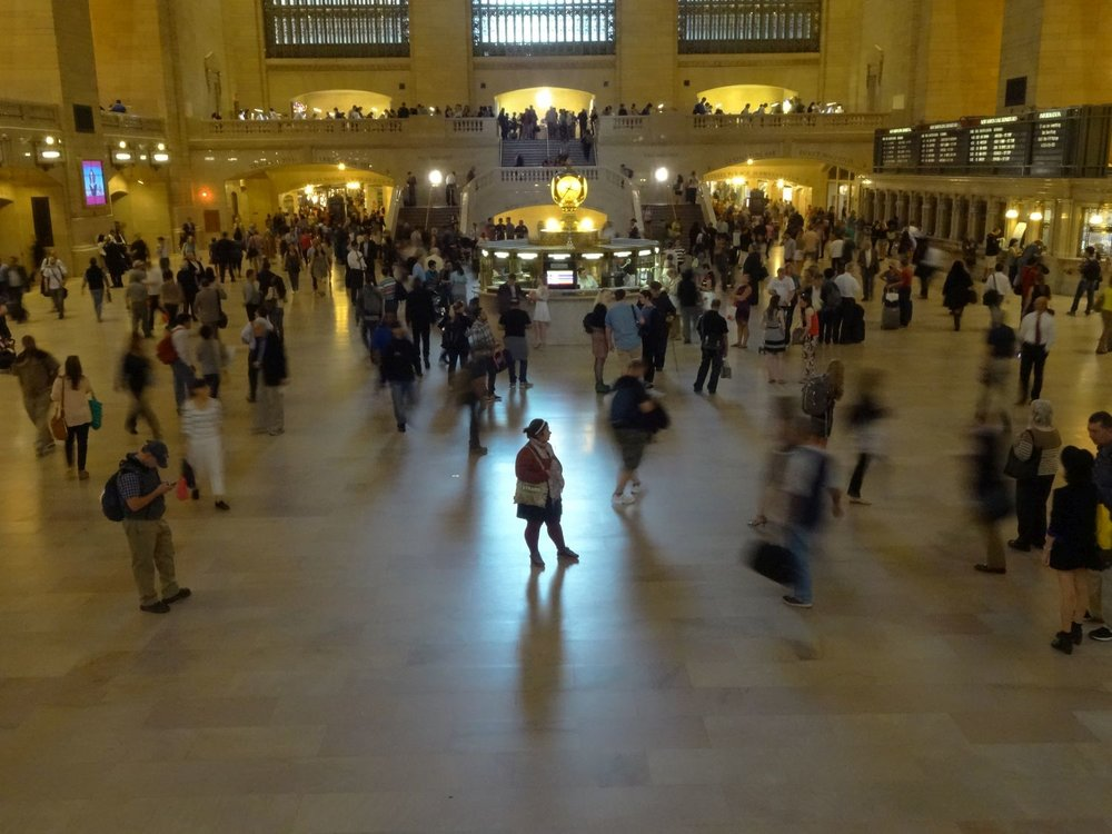New York | Grand Central station | Woman in middle Grand Central | photo sandrine cohen