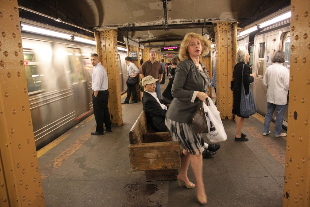 New York subway | Lifting woman | photo sandrine cohen