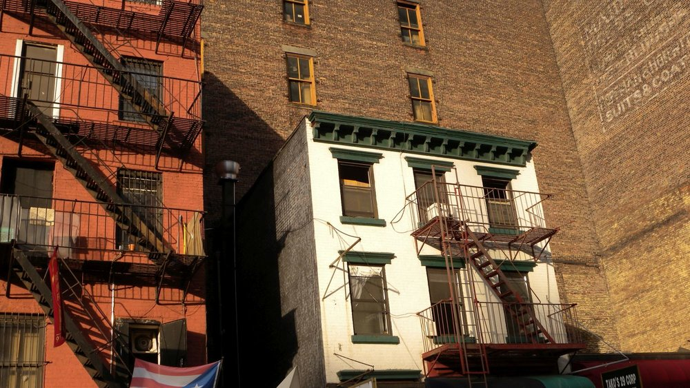 New York | White and red brick buildings | photo sandrine cohen