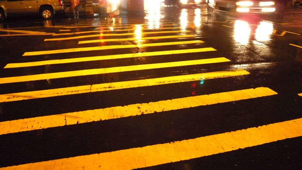 New York | Pedestrian crossing at night in the rain | photo sandrine cohen