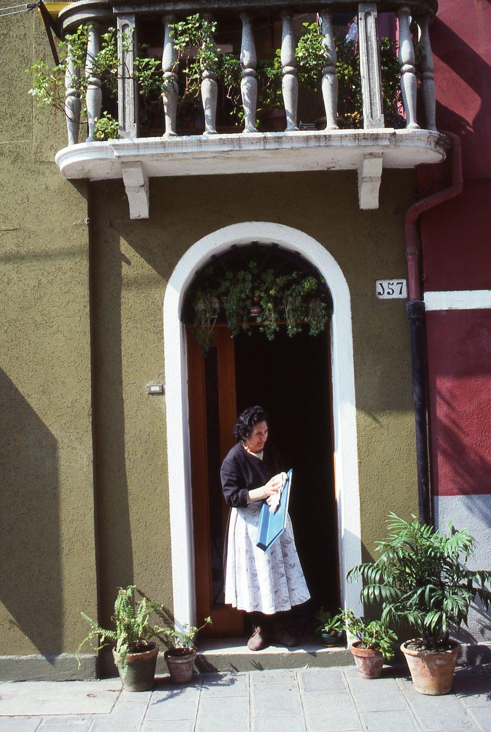 Venice | Italian woman at the door |©sandrine cohen