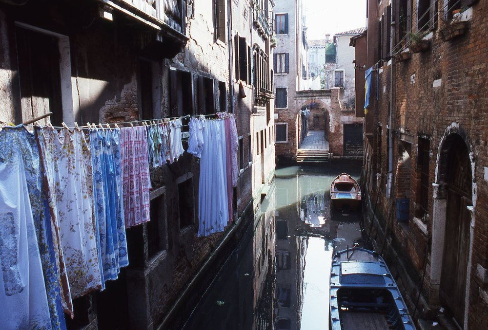 Venice | Canal and gondolas | Dry laundry at Venice | photo sandrine cohen