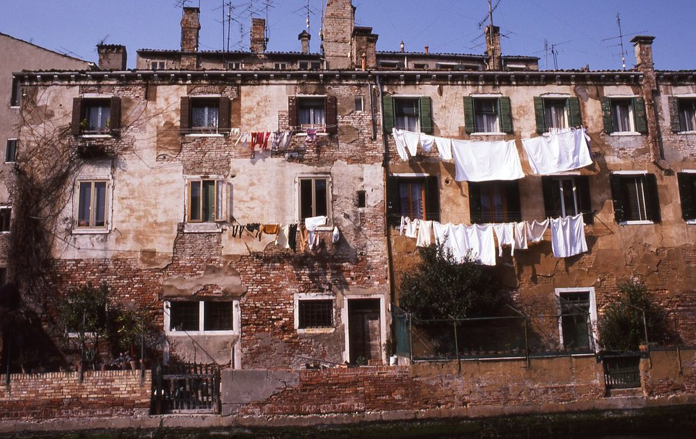 Venice | Italian house with hanging linen | photo sandrine cohen