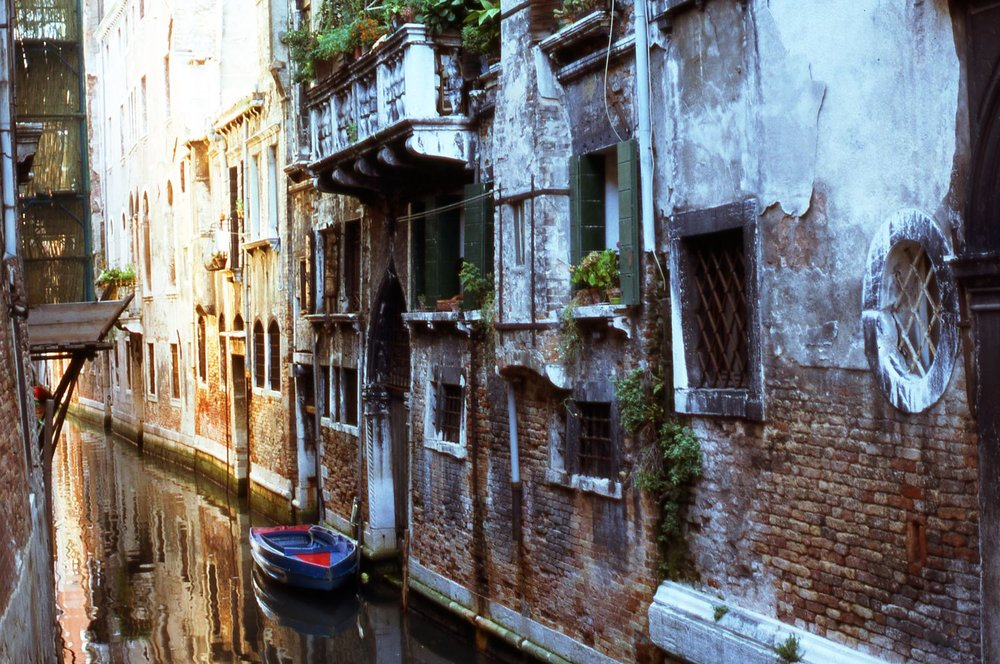 Venice | Light and showdow on the wall | photo sandrine cohen