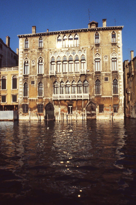 Venice | Sun rays on a palace | photo sandrine cohen