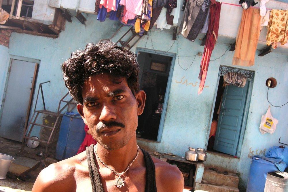 Mumbai - Bombay | Slum in Mumbai | Slum Seasson in Colaba | Man in the slum | ©sandrine cohen