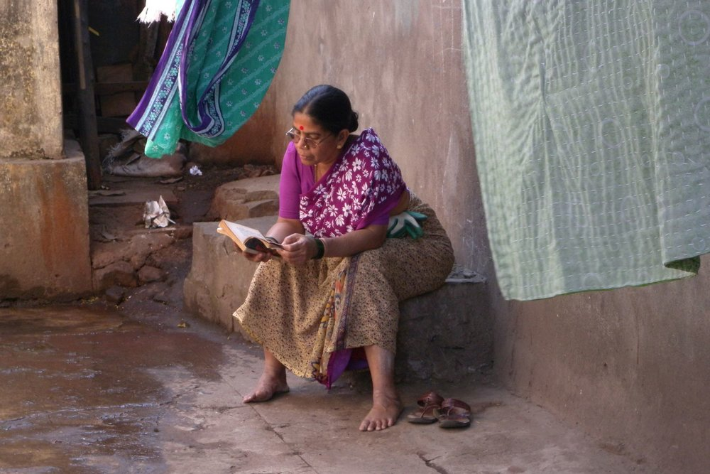 Mumbai - Bombay | Mumbaikar woman reading a book | ©sandrine cohen