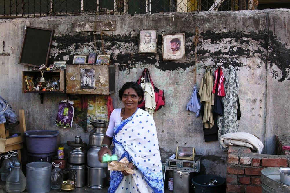 Mumbai - Bombay | Home on the street | slum in Mumbai | Mumbaikar woman on a slum | ©sandrine cohen