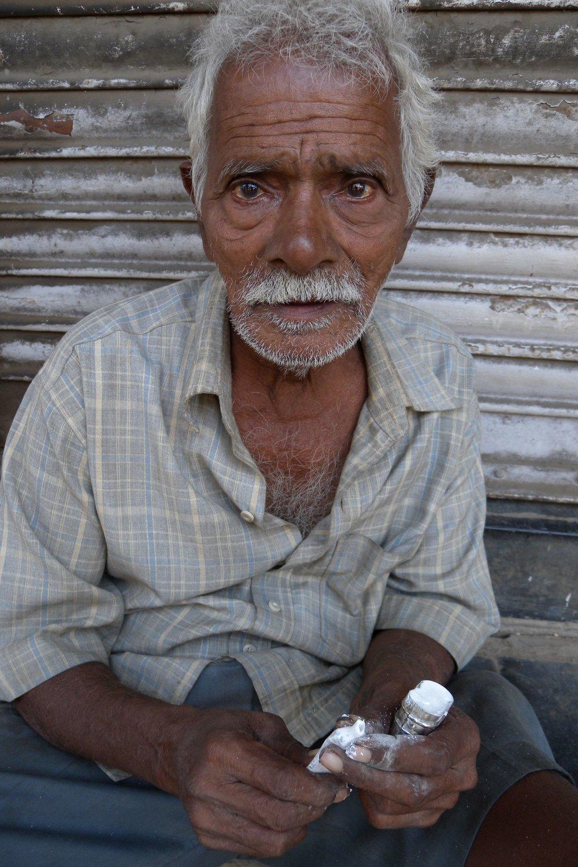 Mumbai - Bombay | Old Mumbaikar with tabacco box | Indian tabacco box | ©sandrine cohen