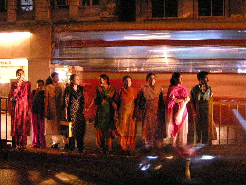Mumbai - Bombay | Traffic in Mumbai | Indian women and the bus | ©sandrine cohen