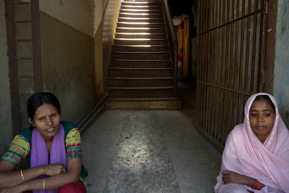 Mumbai - Bombay | Indian women sitting on stairs | ©sandrine cohen