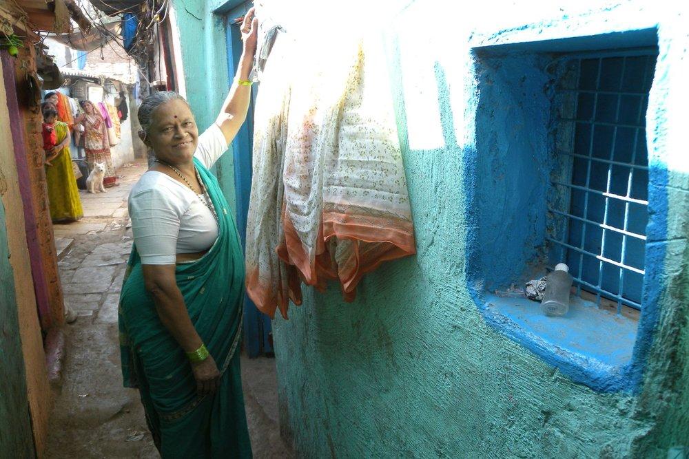 Mumbai - Bombay | Woman on the slum Coffee Parade | Slum in Mumbai | ©sandrine cohen