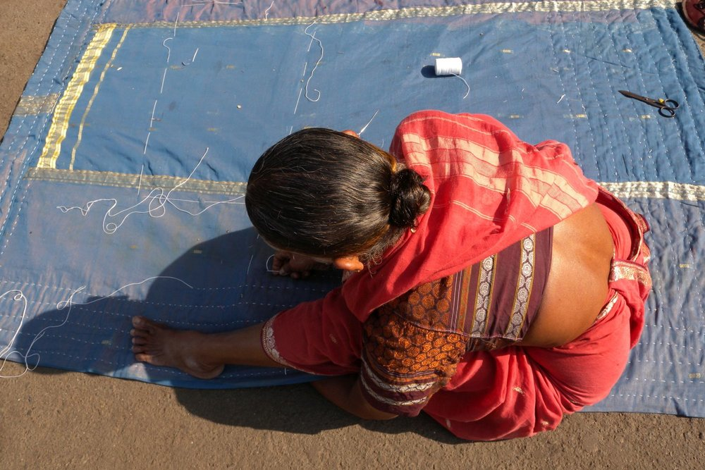 Mumbai - Bombay | Woman sawing on the slum | Slum in Mumbai | ©sandrine cohen