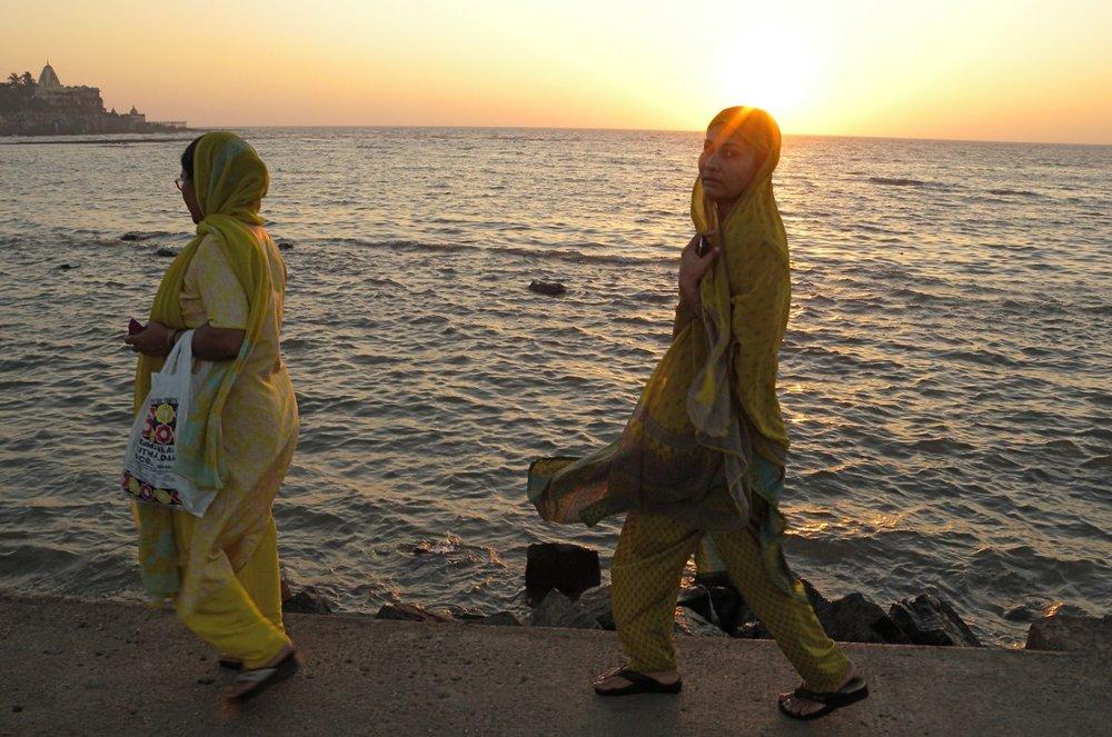 Mumbai - Bombay | Muslim women in the sunrise | Haji Ali mosque | ©sandrine cohen