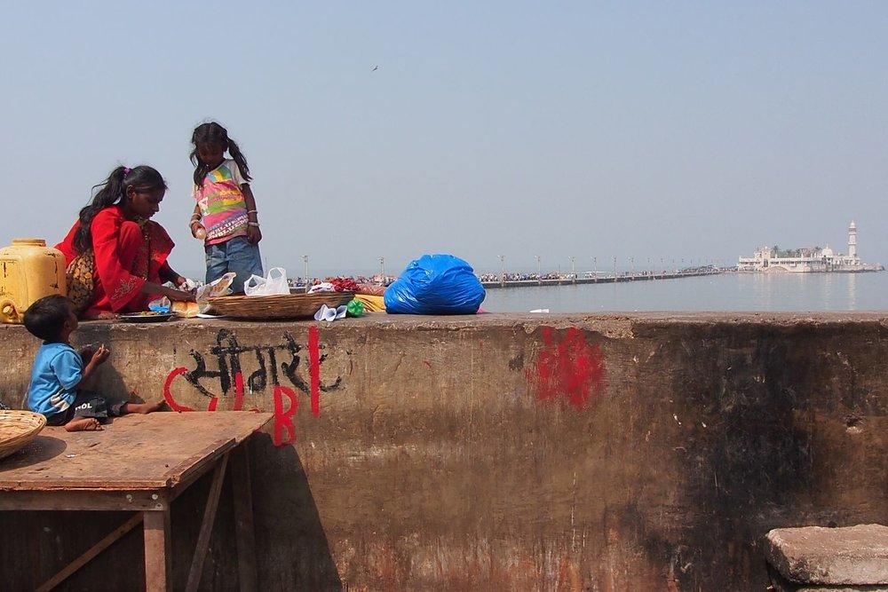 Mumbai - Bombay | Homeless family in Mumbai | Haji Ali Dargah mosque | ©sandrine cohen