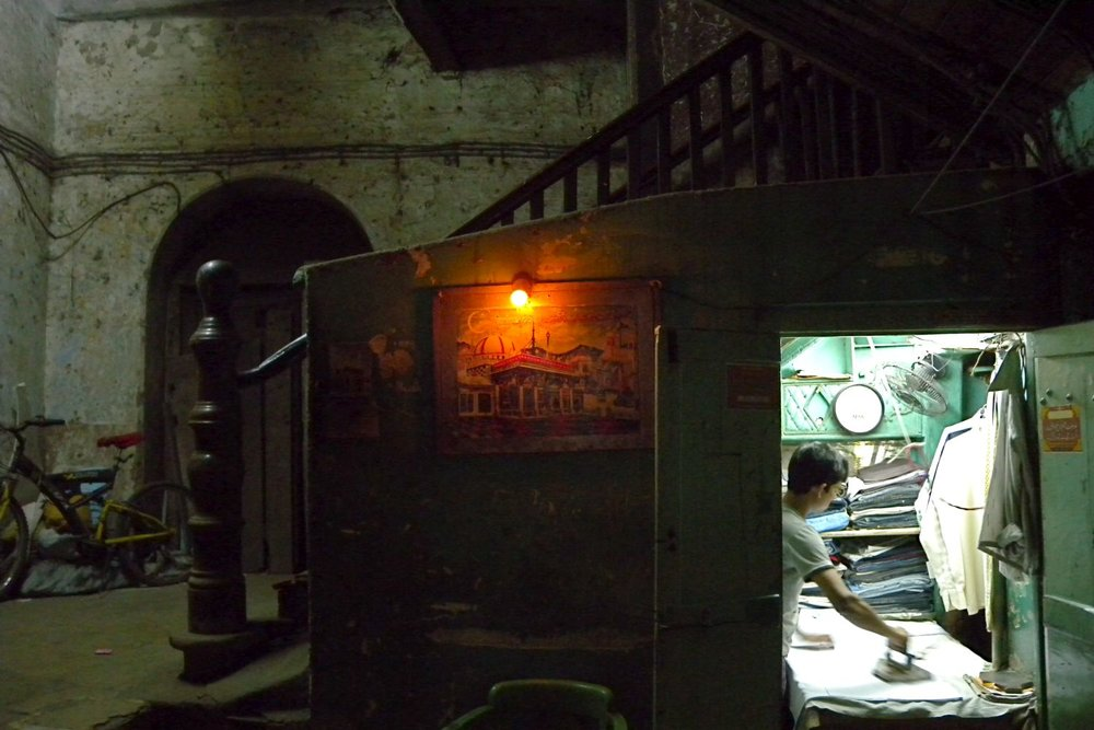 Mumbai - Bombay | Mumbaikar ironing clothes under the stairs | Kalbadevi | ©sandrine cohen