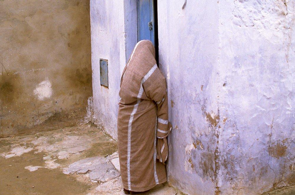 Tunisia | Arab woman in the Medina | photo sandrine cohen