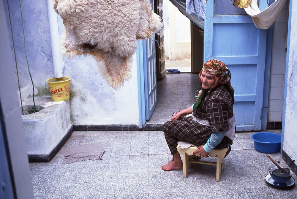 Tunisia | Hammamet | House with woman in the medina | photo sandrine cohen