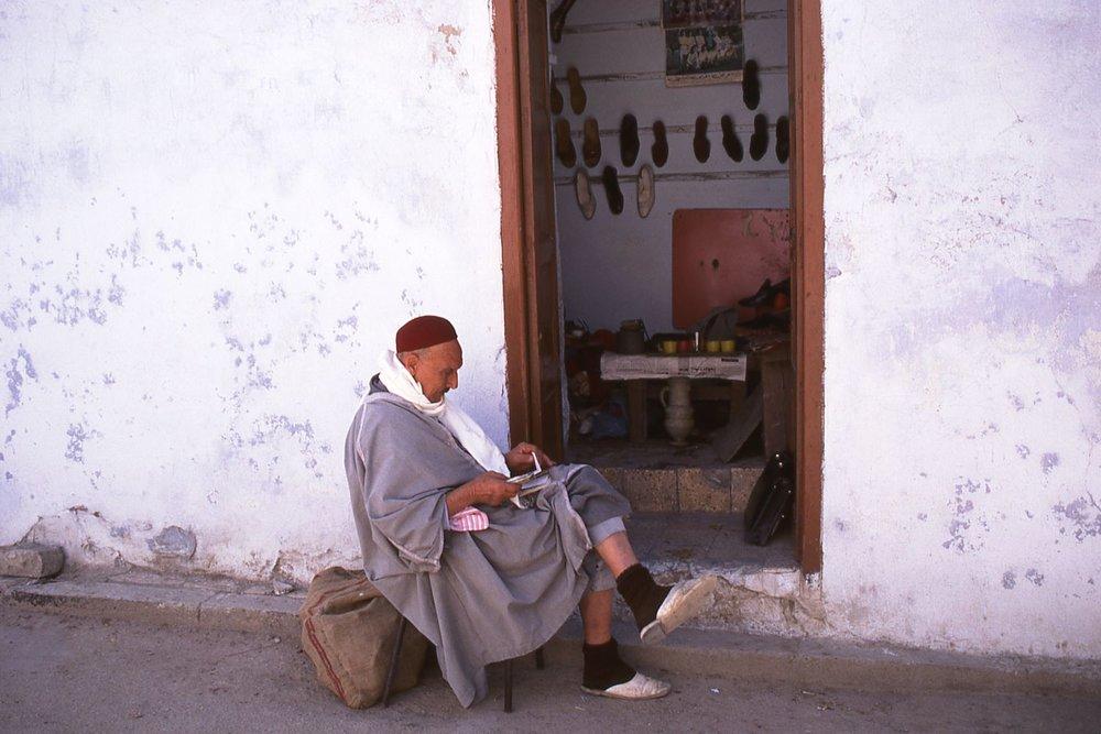 Tunisia | Arab man at the door | photo sandrine cohen