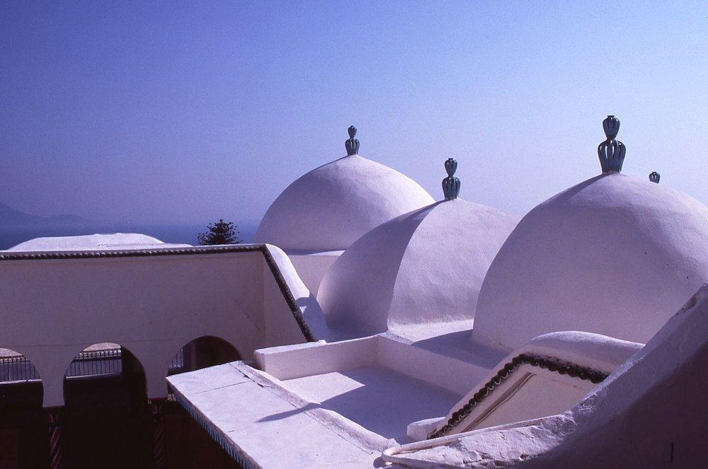 Tunisia | Sidi Bou Said | White tunisian architecture | Blue sky | photo sandrine cohen