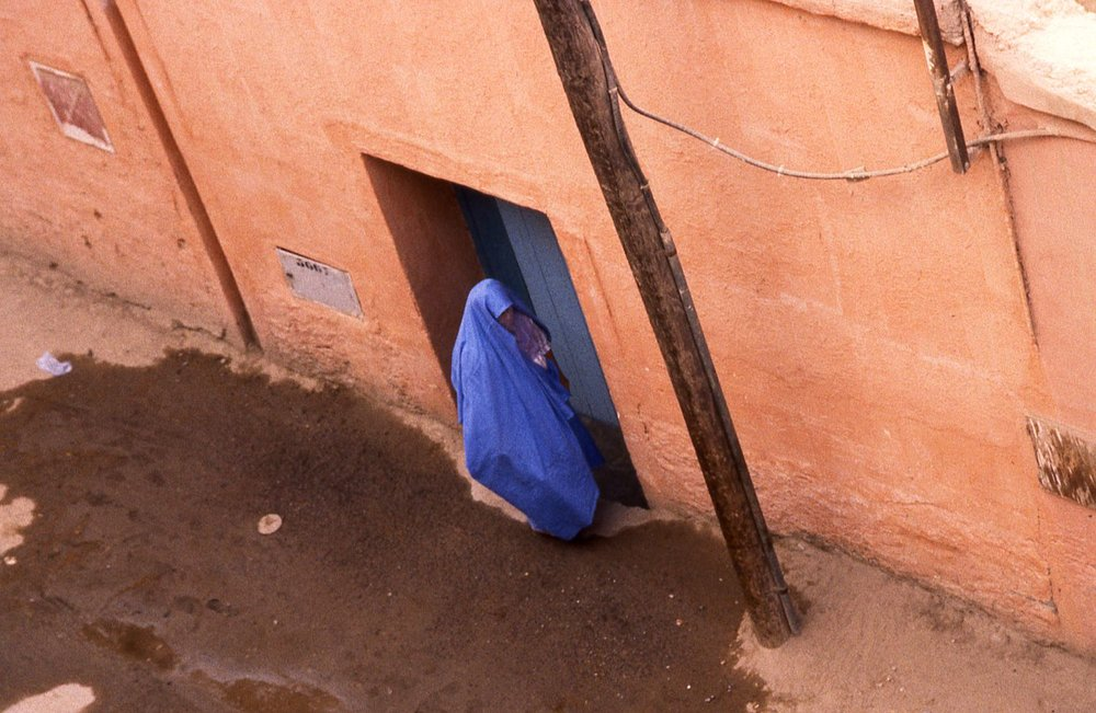 Morocco | Taroudant | Blue muslim woman at the door | photo sandrine cohen