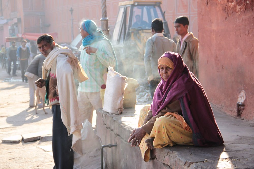 Jaipur | Rajasthan | Indian woman sitting and smoke | streetphotography sandrine cohen