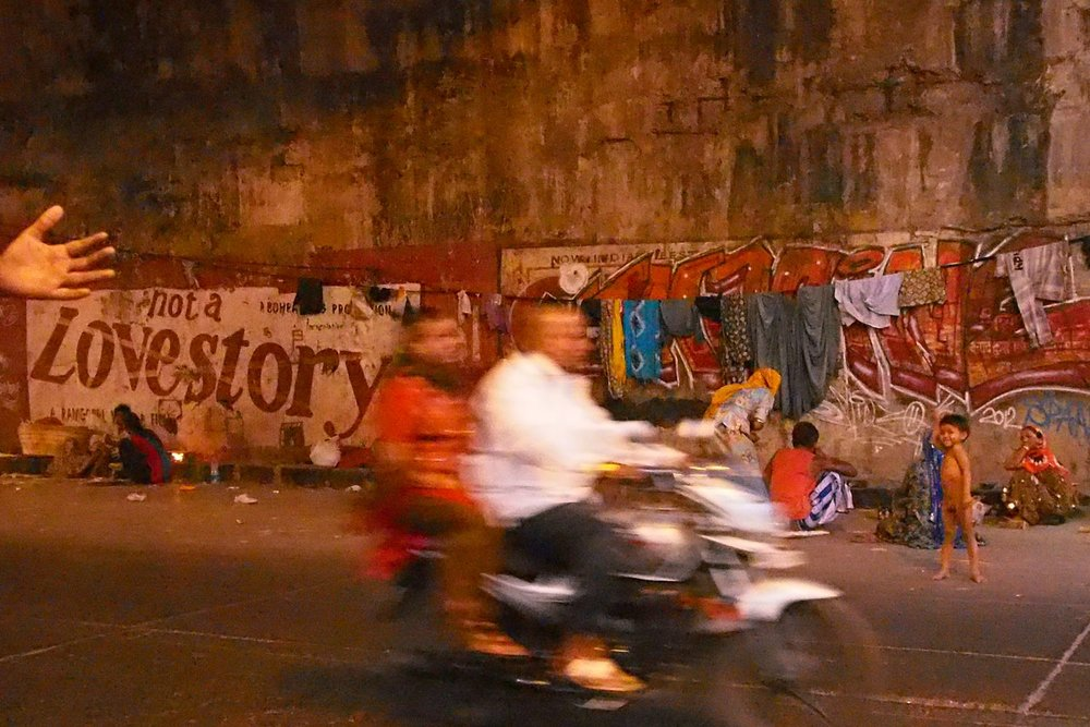 Mumbai - Bombay | street children from Mumbai | Bike on the roas |Street art | love story | Dharavi | ©sandrine cohen