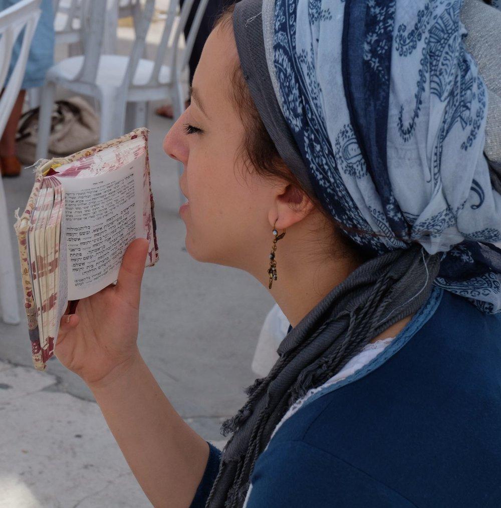 Jerusalem Old city | The Wailing wall | Woman praying with Bible | photo sandrine cohen