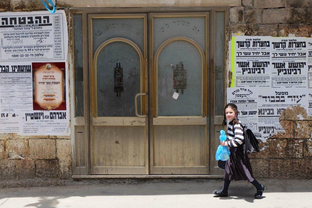 Jerusalem | Mea shearim district | Young girl going to school | photo sandrine cohen