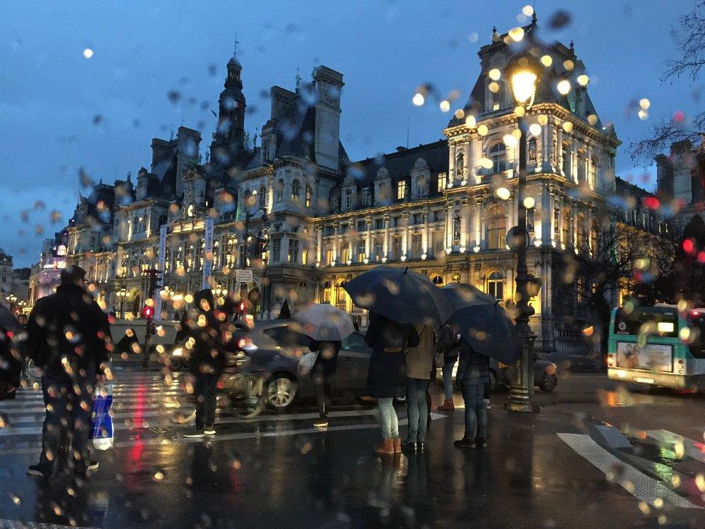 Paris | Hotel de Ville on a rainy day | photo sandrine cohen