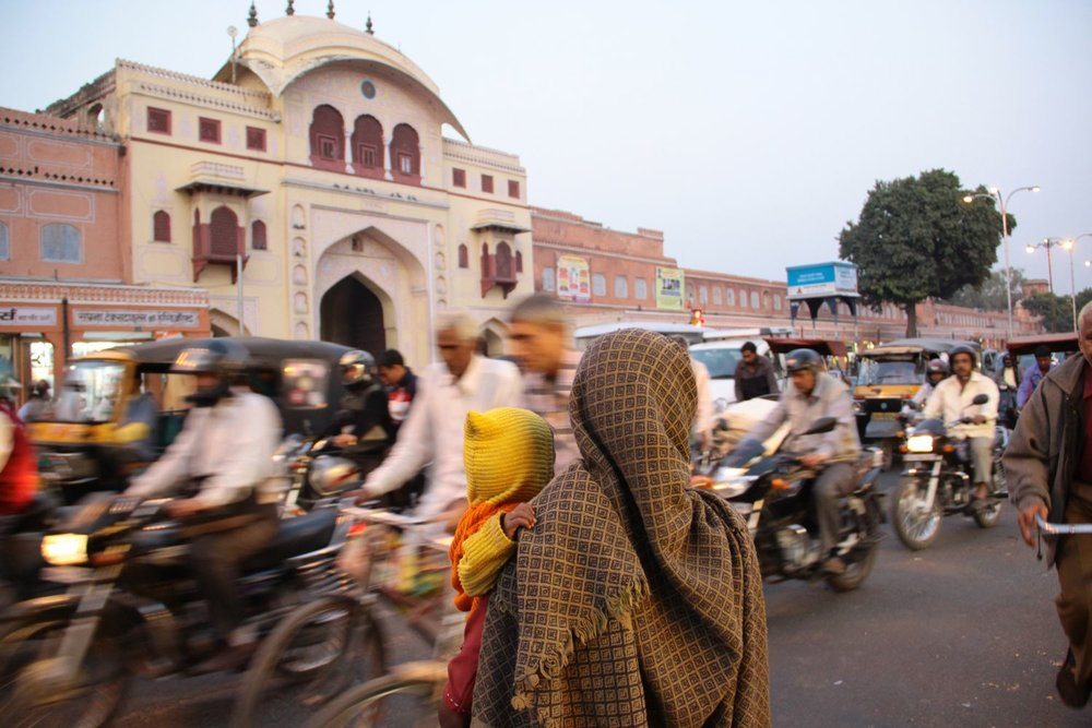 Jaipur | Pink city | Rajasthan | Indian woman with her baby | Traffic at Tripolia gate| ©sandrine cohen