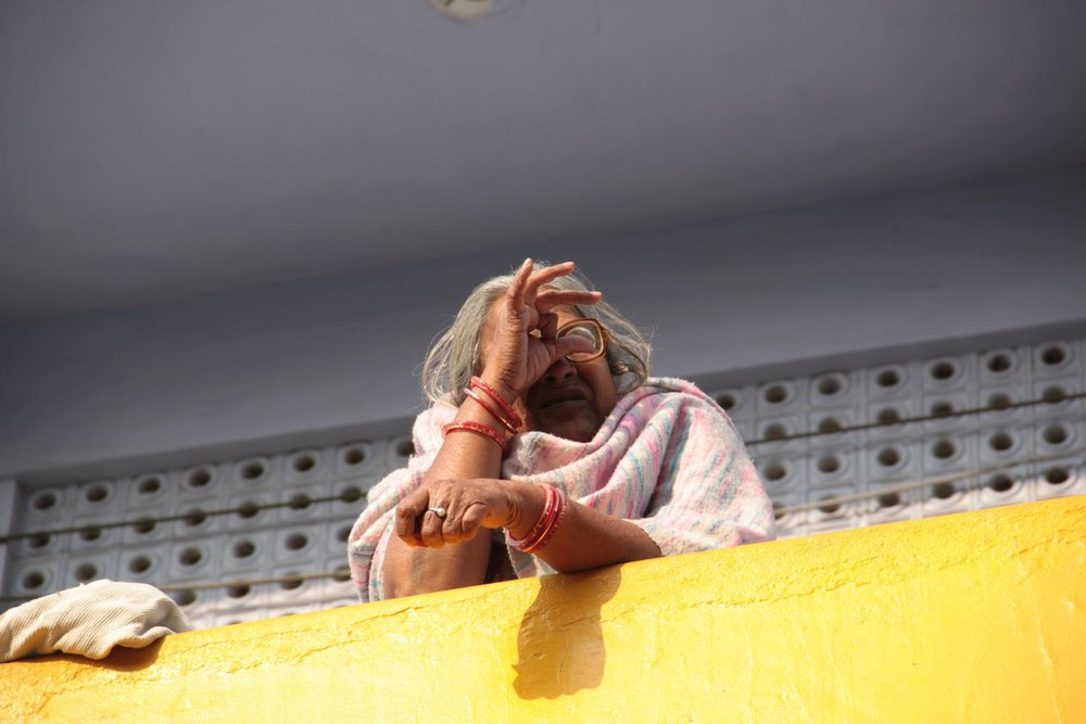 Jaipur | Rajasthan | Pink city | Indian woman at balcony | ©sandrine cohen