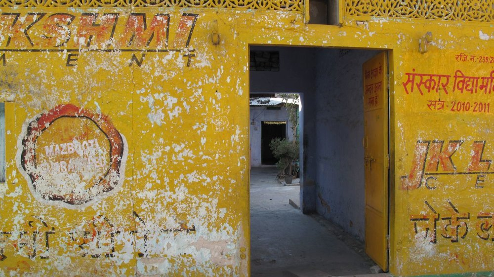 Jaipur | Pink city | Rajasthan | Hindi calligraphy on Yellow wall | ©sandrine cohen