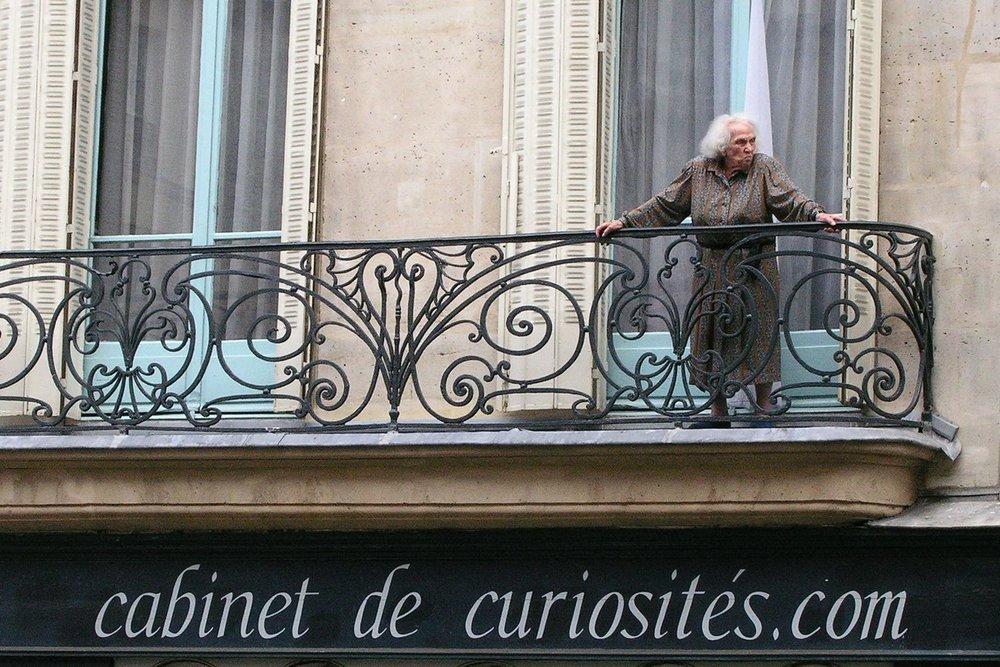 Paris | Vieux Parisien au balcon | Cabinet de curiosité | photo sandrine cohen