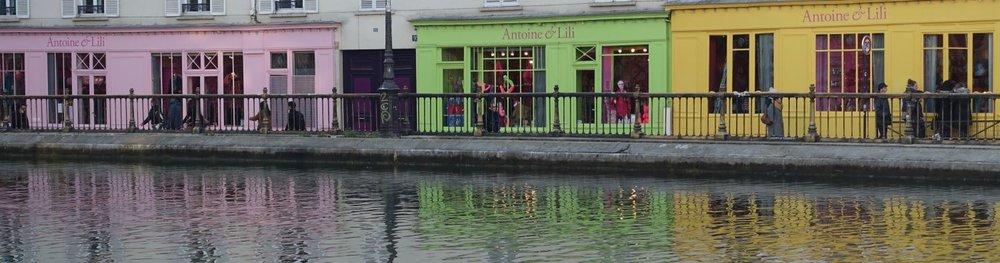 Paris | Maison rose vert jaune sur le Canal Saint-Martin | Pink green yellow shops on Canal Saint-Martin | Photo sandrine cohen