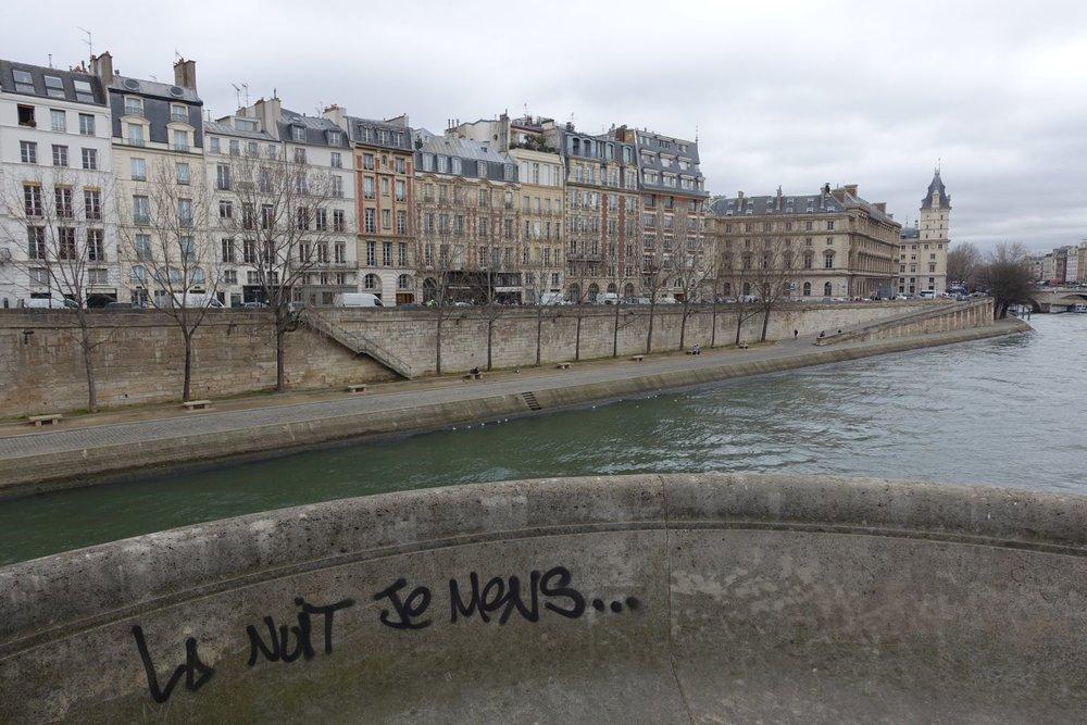 Le Pont Neuf à Paris | La Nuit je mens, chanson de Bashung | Street art La nuit je mens | Alain Bashung | photo sandrine cohen