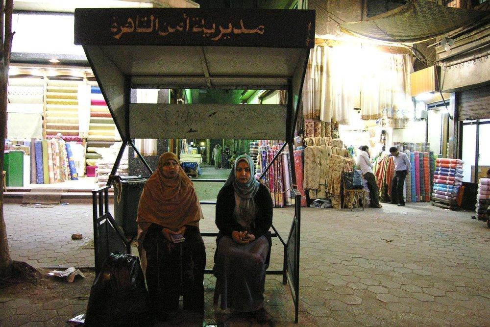 Cairo   Stop bus   Egyptian women at stop bus   Egypt   ©sandrine cohen