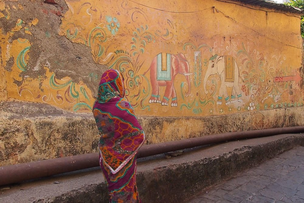 Bombay - Mumbai   street art   Banganga Tank wall   Women with sari   Psy   ©sandrine cohen