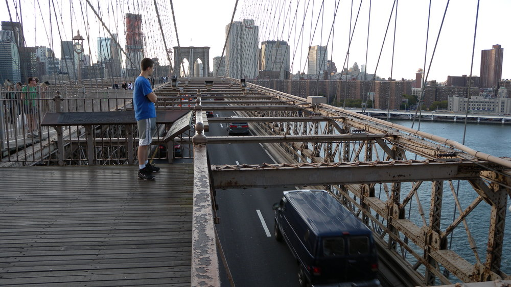 New York | Man looking traffic on Brooklyn bridge | photo sandrine cohen
