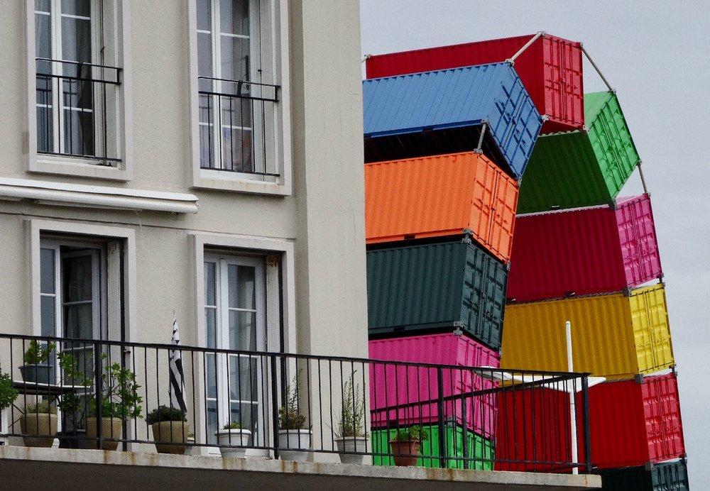 Les containers de Vincent Ganivet contre un immeuble | Un été au Havre | Le Havre | photo sandrine cohen