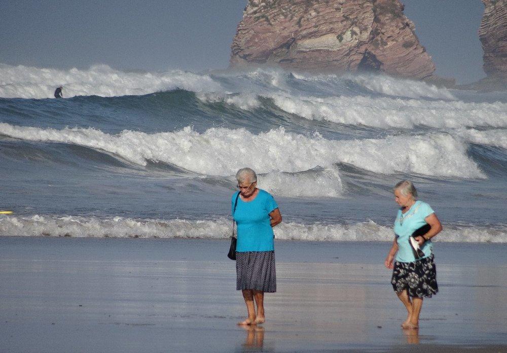 Hendaye | Les Deux Jumeaux | Old women ont the beach | Waves of the ocean | photo sandrine cohen