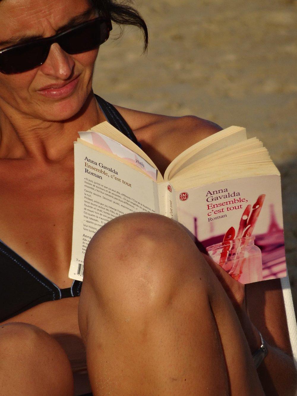 Woman reading on the beach | Anna Gavalda | Ensemble c'est tout | photo sandrine cohen