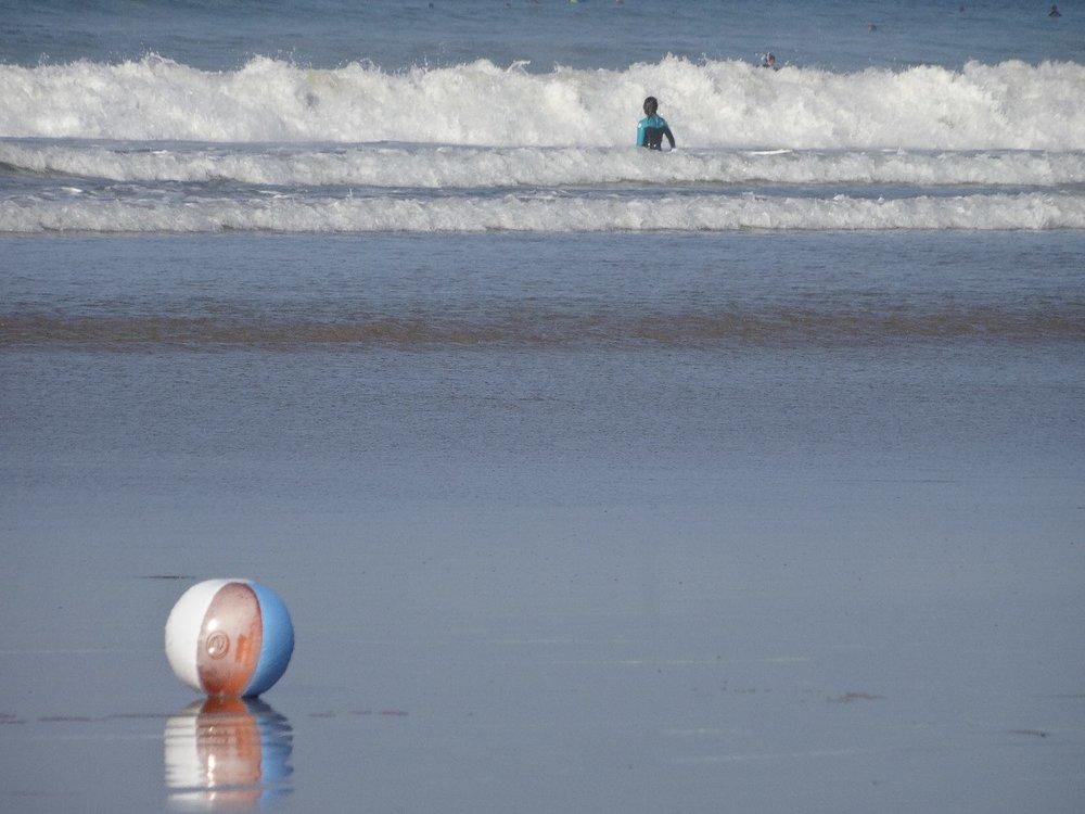 Atlantic coast | Ballon on the beach | photo sandrine cohen