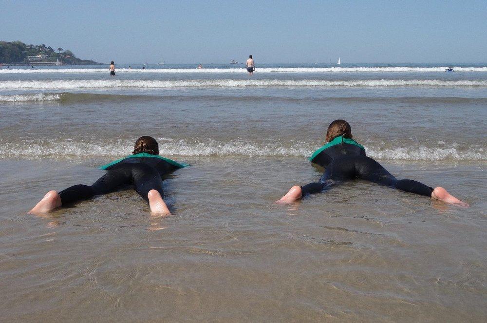Côte basque | Deux surfeuses couchées dans l'eau | surfers lying in the water | photo sandrine cohen