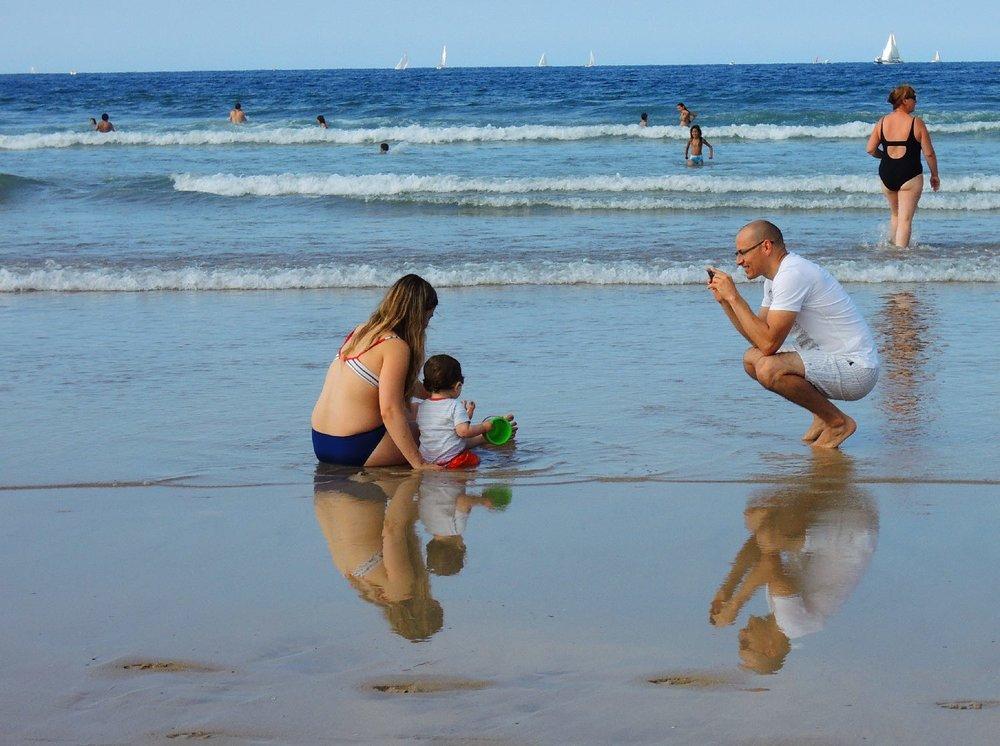 Famille sur la plage | Homme photographie son enfant | Man photographing his son | photo sandrine cohen
