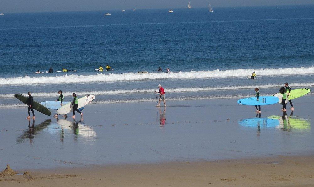 Pays Basque | Surfeurs | Old man on the beach between surfers | Le vieil homme entre les surfeurs | photo sandrine cohen