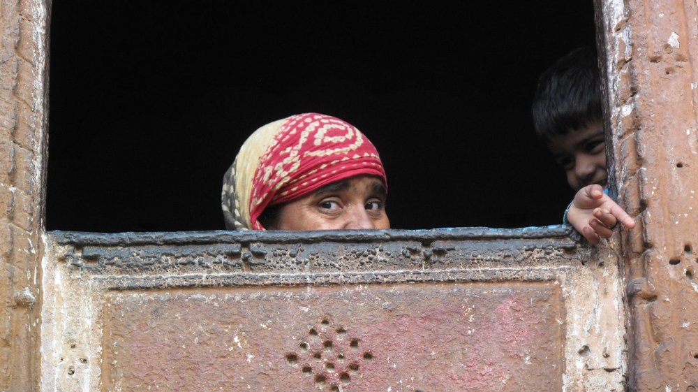 Jodphur 37 | Blue city | Rajasthan | Woman and childat the window|©sandrine cohen